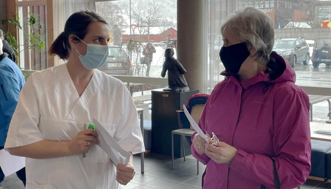 Vaksinekoordinator Gunn Heidi Ansnes (t.v.) i samtale med Aslaug Elly Betten, som ble innbygger nummer 1000 i Surnadal med koronavaksine.