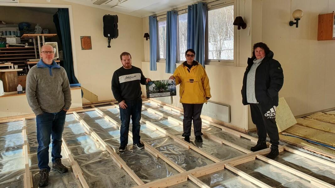 Morten Jonli, Bodil Arnestad, Øyvind Dalen og Inger Johanne Oppedal i Skogsletta grendalag fikk en gave på 75.000 kroner.