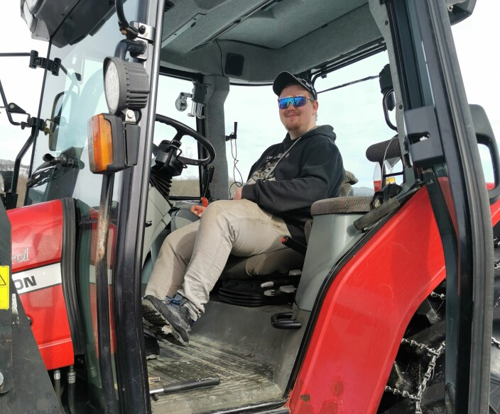 Lasse er sjefen i traktoren