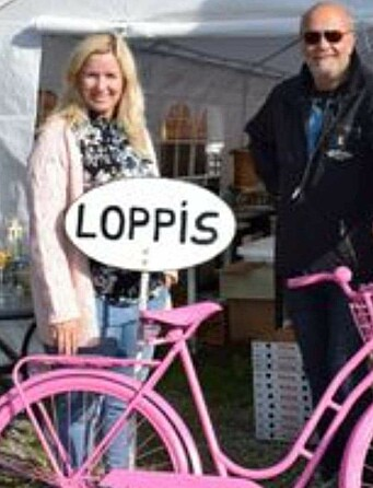 Elisif og Eyvind Sæthervik med den rosa sykkelen som er varemerke og veiviser