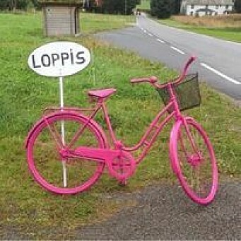 Den rosa sykkelen viser vei til Gammelskulin gjenbruk