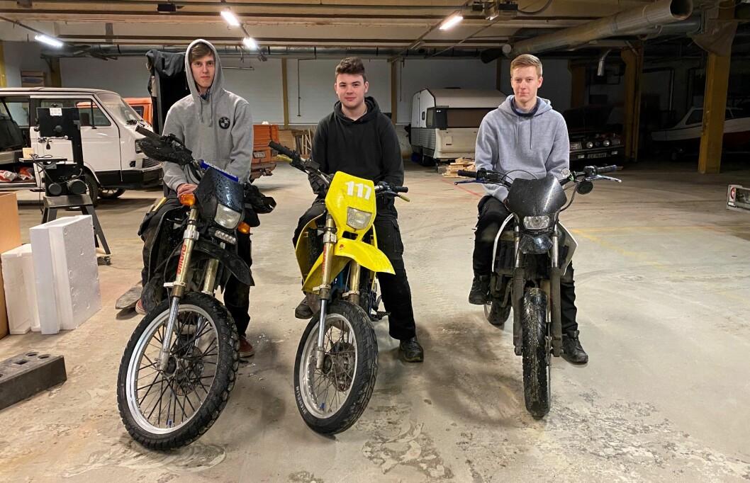 Henrik Moen, Stian Svinsås og Mikkel Holte var med på den første dugnadskvelden.