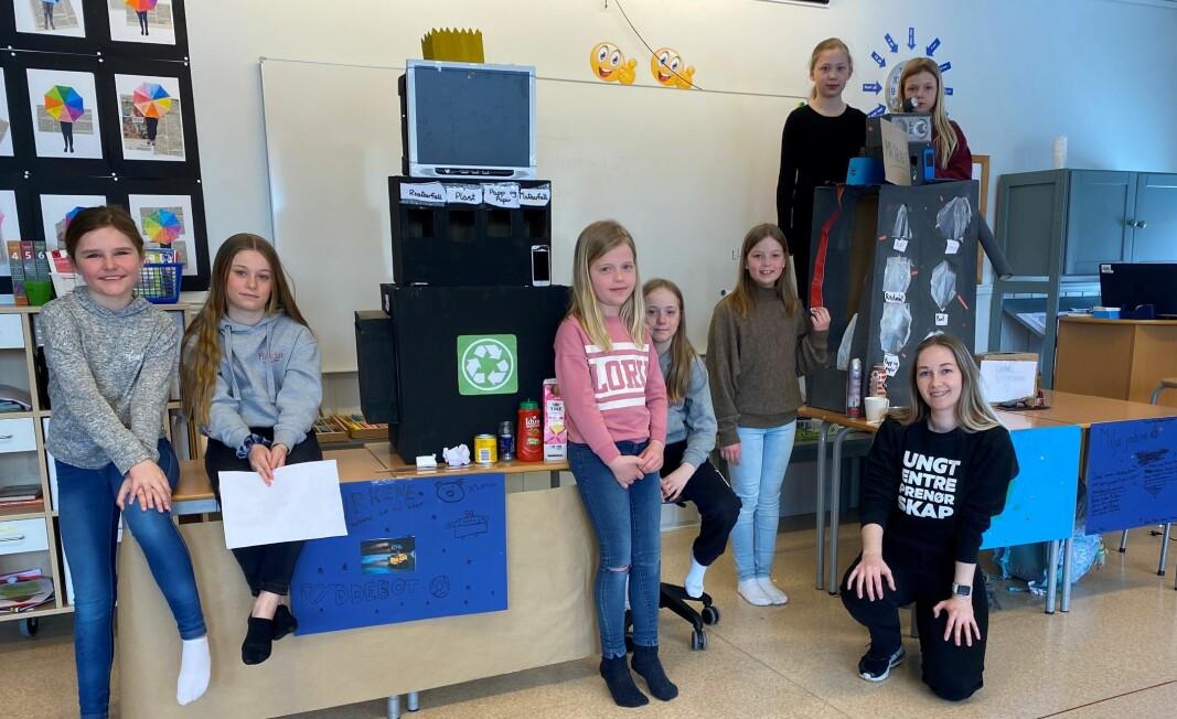 Elevene presenterte sine løsninger for Thea Monsen fra Ungt Entreprenørskap (t.h.)