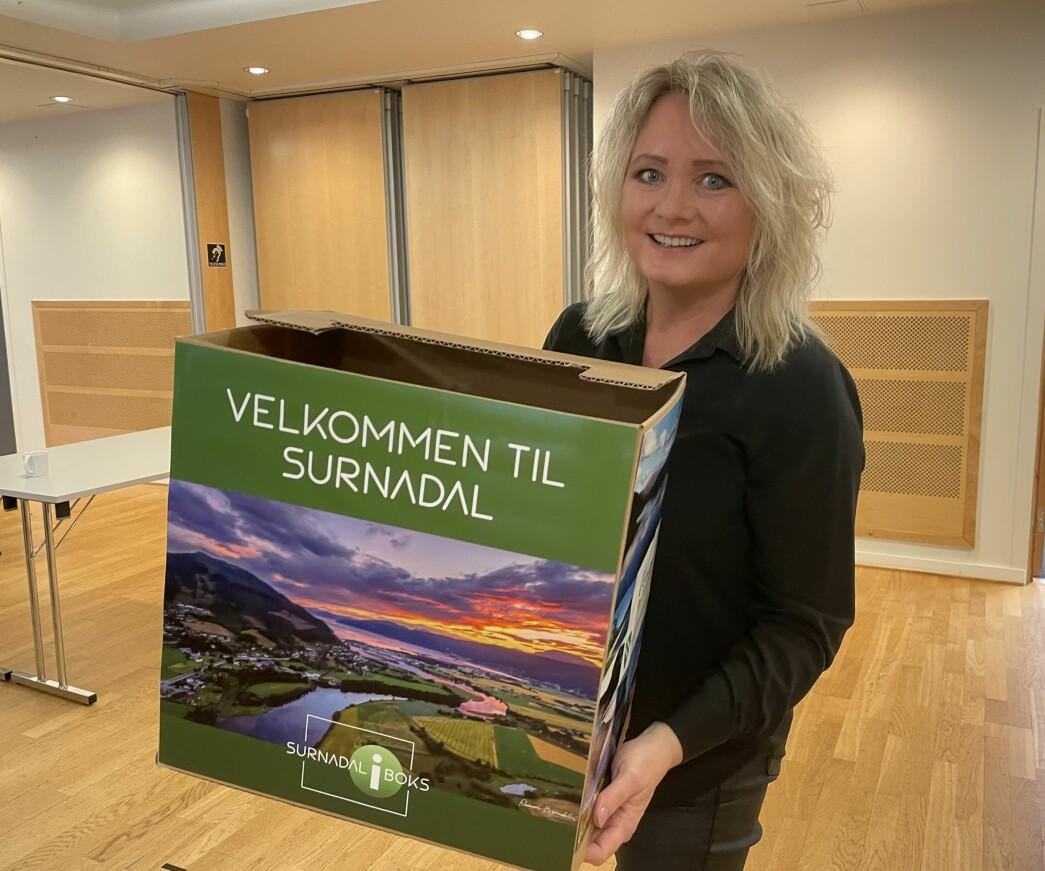 """Sara Akerfeldt med en prototype av """"Surnadal i boks""""."""