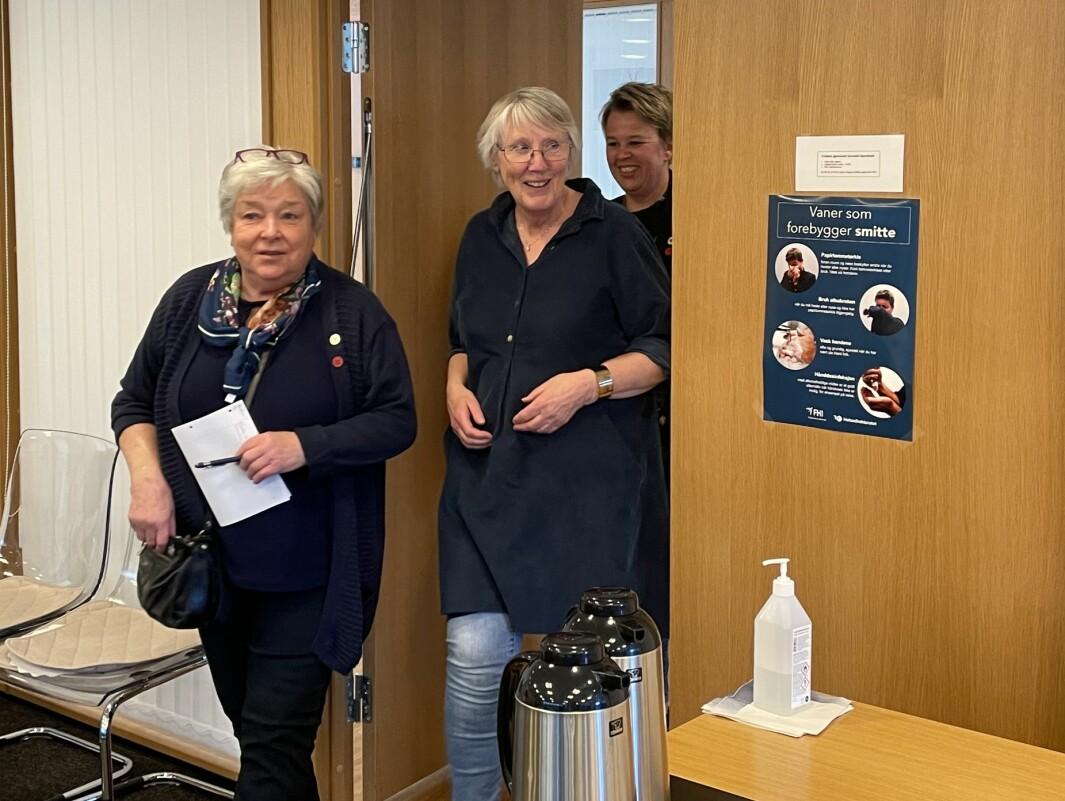 Maren Ansnes (fremst), Britt May Hollås og Elinor Bolme idet dei blir overraska med at Todalen Sanitetsforening og Surnadal Sanitetsforening er tildelt Surnadal Sparebanks Utviklingspris for 2020.