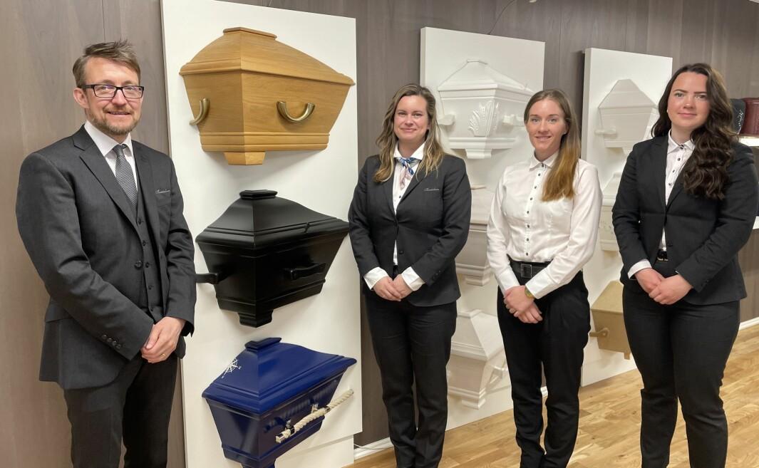 Øyvind Bertelsen-Tangvik (f.v.), kona Irene Bertelsen-Tangvik, Margrethe Witsø og Ann Marie Langø er i gang i nye lokaler i Miljøgata i Surnadal.
