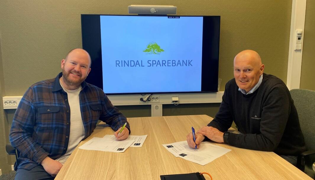 Daglig leder og redaktør i Trollheimsporten, Øystein Hjelle Bondhus, og banksjef Magne Bjørnstad i Rindal Sparebank er begge godt fornøyde med den nye samarbeidsavtalen, som ble signert fredag.