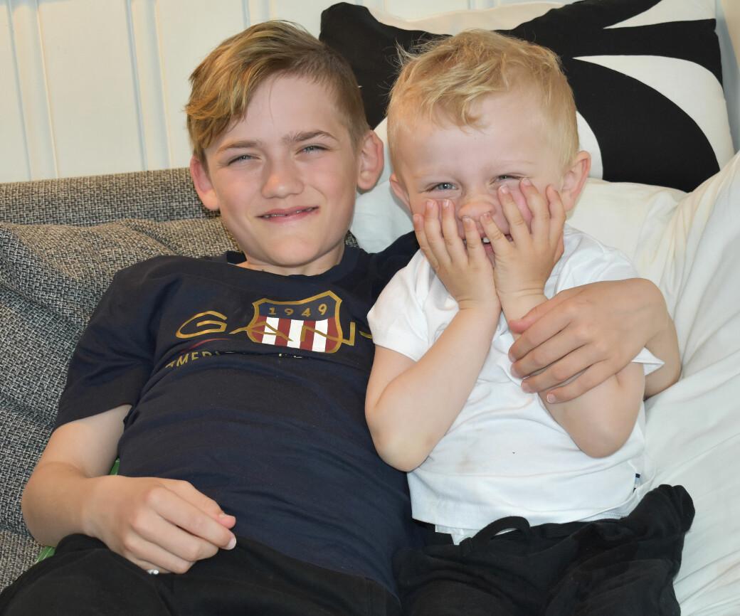 Trygt og godt i armkroken til storebror