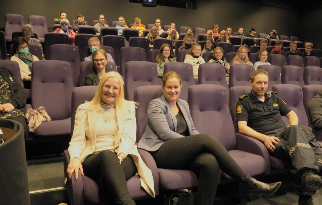 Liv Dalsegg og Elin Mo fra Surnadal Sparebank, her sammen med Tor Hansen fra politiet.
