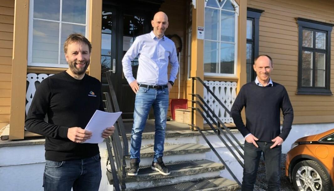 Romund Aune (t.v.) og daglig leder Arne Nordbotn fra B&B Entreprenør sammen med Martin Wormdal (i midten) fra Salvesen & Thams Eiendom.