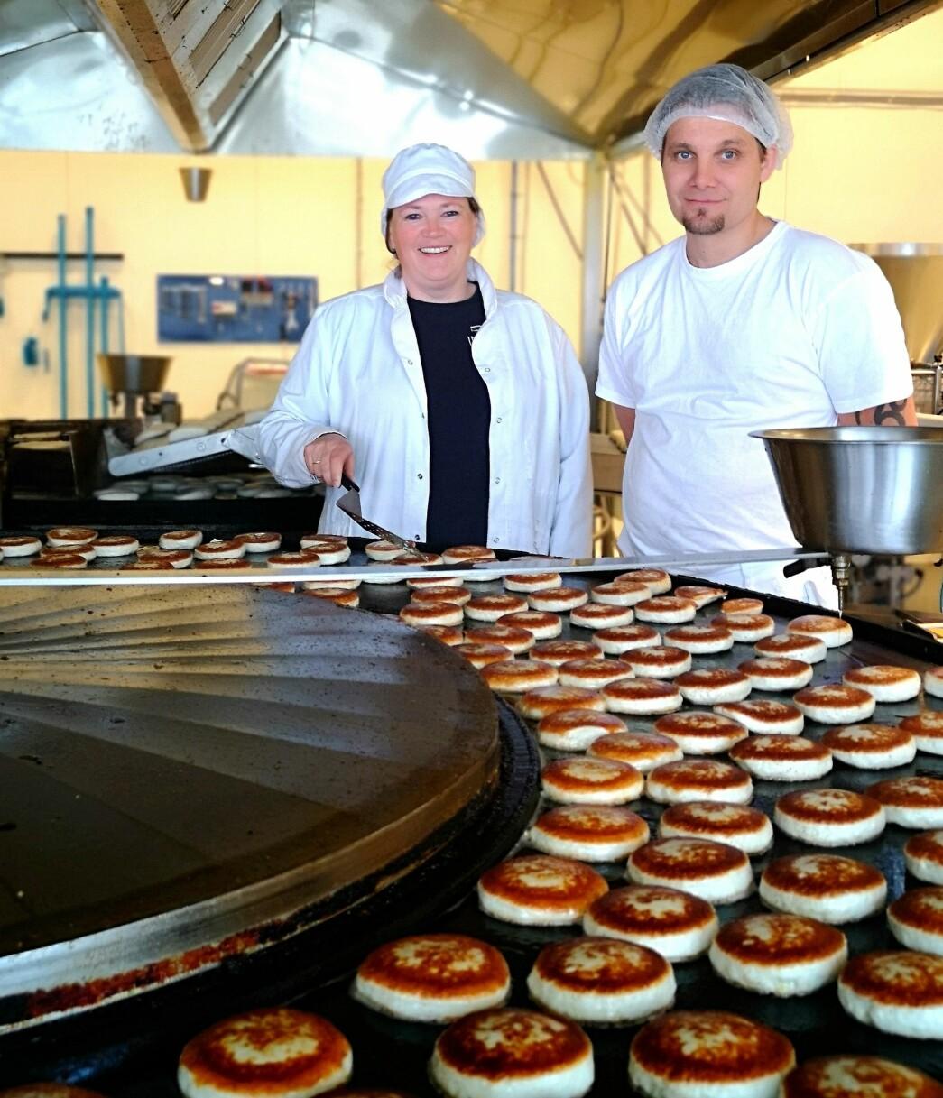 Produksjonsleder Ingunn Romundstad og linjeleder Helge Rodal ved stekelinja.