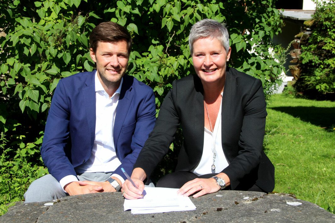 Runar Wiik og Inger Grete Lundemo signerer avtalen om sammenslåing av SpareBank 1 Nordvest og Surnadal Sparebank til SpareBank 1 Nordmøre 28.8.2020.