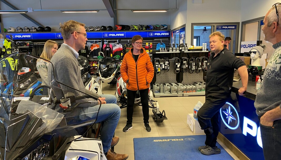 Ola Borten Moe fant et behagelig scootersete hos Polaris Nordmøre. Arild Elshaug kunne fortelle om gode tider i bransjen.