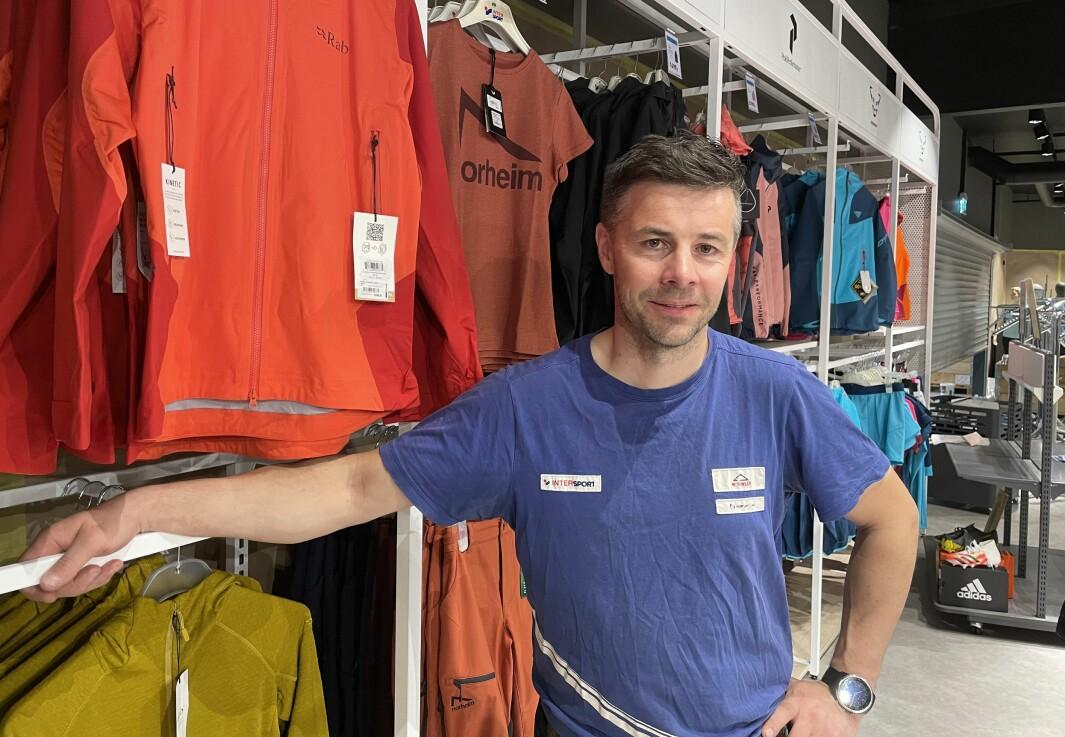 Jo Kvande Hansen ønsker kundene velkommen til ny, kraftig oppgradert InterSport-butikk torsdag.