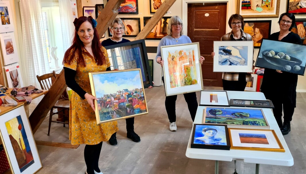 Styret i Rindal Kunstlag med sine favorittbilde, frå venstre Inga Dalsegg, Kari Moe, Mie Sandø, Mildrid Kattem Aune og Kristin Langli.