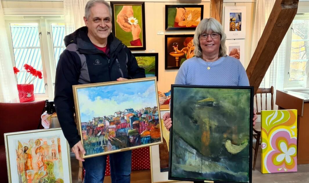 Magne Lillegård var den første ledaren av Rindal Kunstlag i 1991, og da hadde han også kunstutstilling. Her har han og Mie Sandø, som er ledar idag, vald kvart sitt favorittbilde.