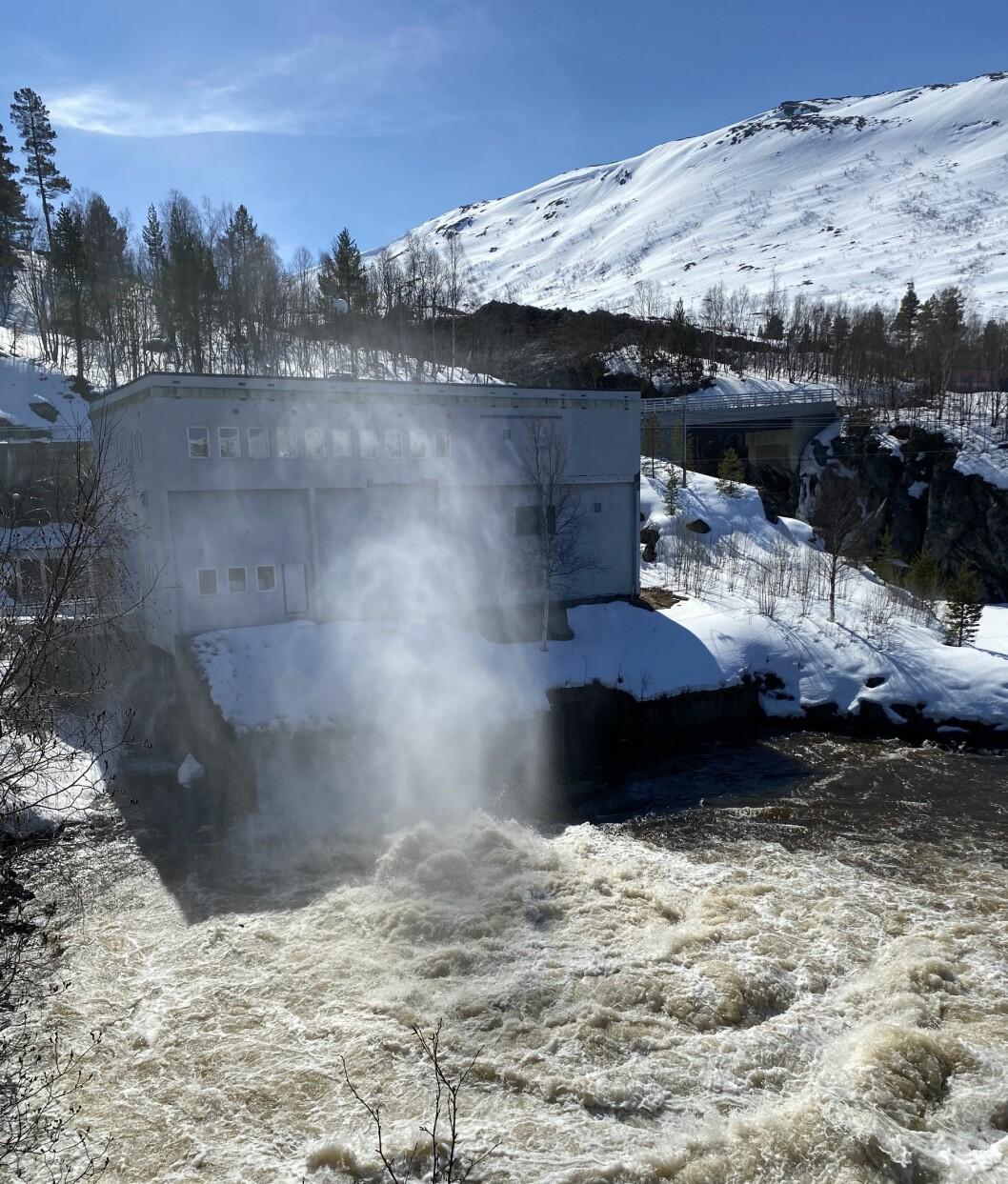 Gråsjøen senkes, slik at den kan ta imot vann under snøsmeltinga. Vannet tappes forbi turbinen i Gråsjø kraftverk.