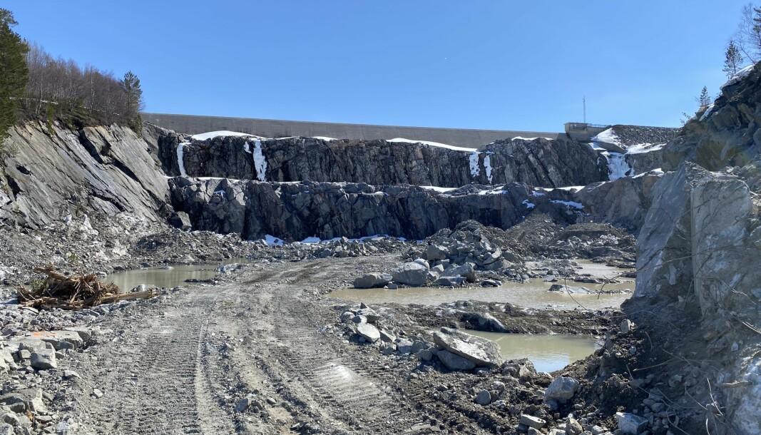 Inne i steinbruddet, nedenfor Gråsjø-demningen. Her blir grunnen 10 meter lavere nå al stein er hente ut.