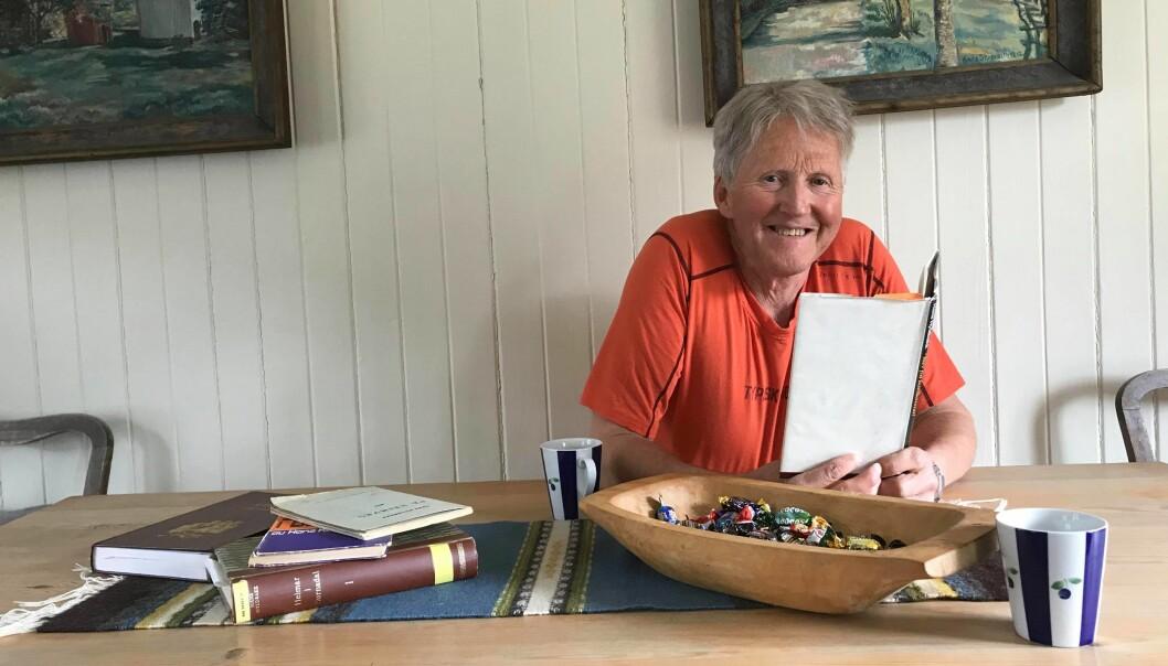 Kjell Ulf Lund heime ved langbordet på Negard på Tellesbø.