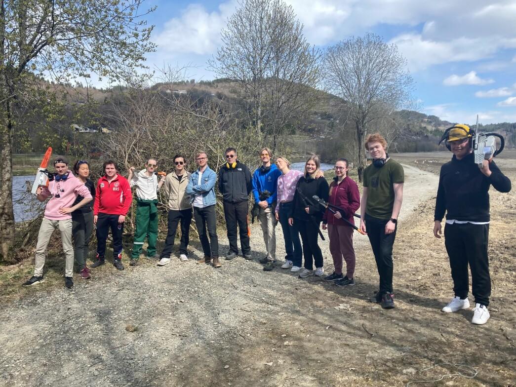 Nokre av elevane som deltok på ryddedugnaden, med rektor Kristian Lund Silseth (med gule øyreklokker og svarte solbriller) i midten.