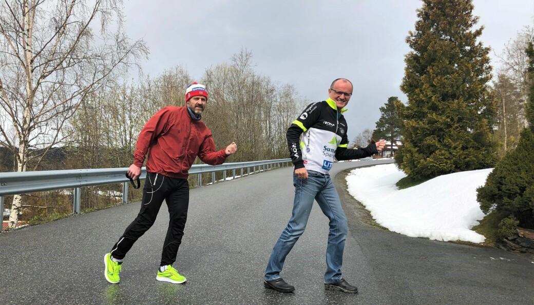 Halvor Drøpping og Lars Peder Solli håper så mange som mulig blir med på 17. mairaton. Løpet passer for alle - noe Solli illustrerer ved å posere i tresko.