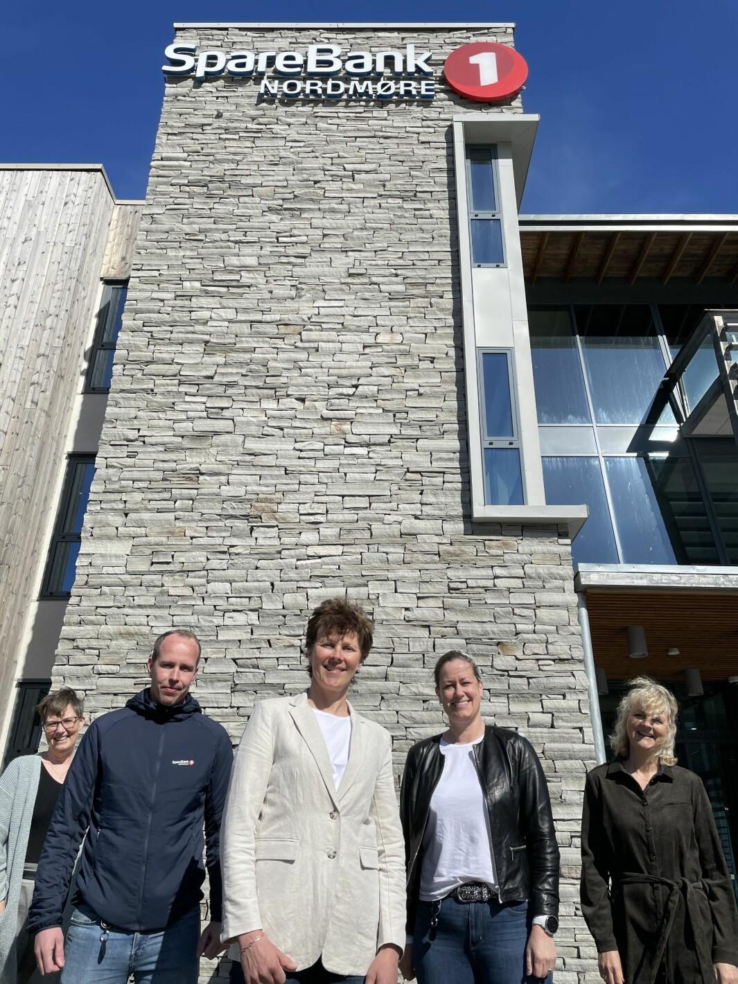 Ruth Marit Schei Dannevig (fremst i midten) står i spissen for SpareBank 1 Nordmøres forsikringsrådgivere for privatmarkedet. Hun har med seg Ingrid Øyen Sponås (f.v.), Dan Blekken, Elin Mo og Marit Fiske Nes.