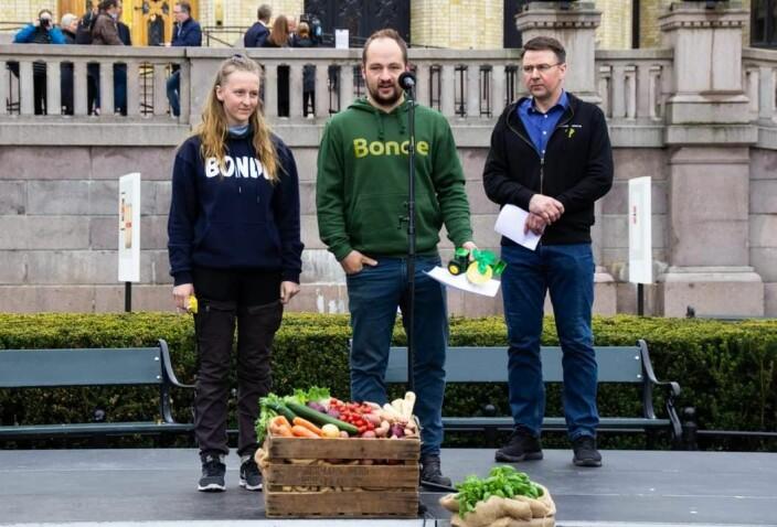 Ingeborg og Tor Olav sammen med leder i Norges Bondelag Lars Petter Bartnes.