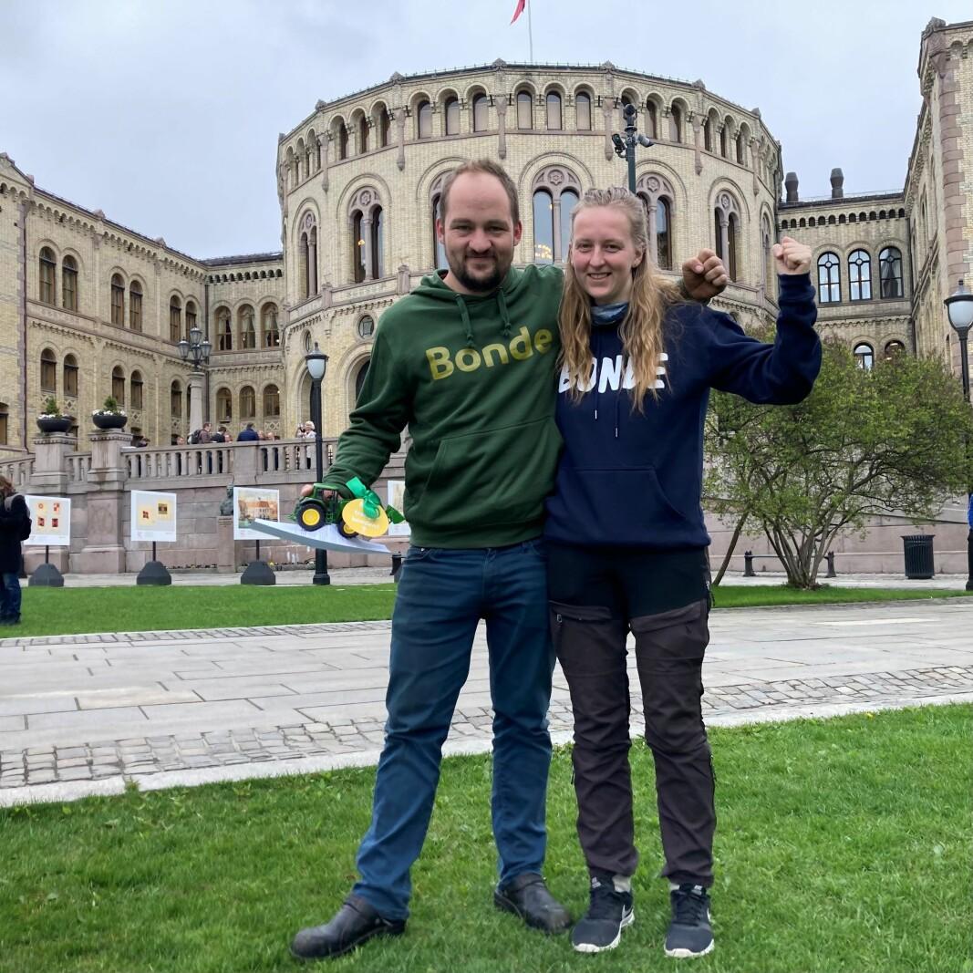 Ingeborg Rindalsholt og Tor Olav Hanset ved Stortinget.