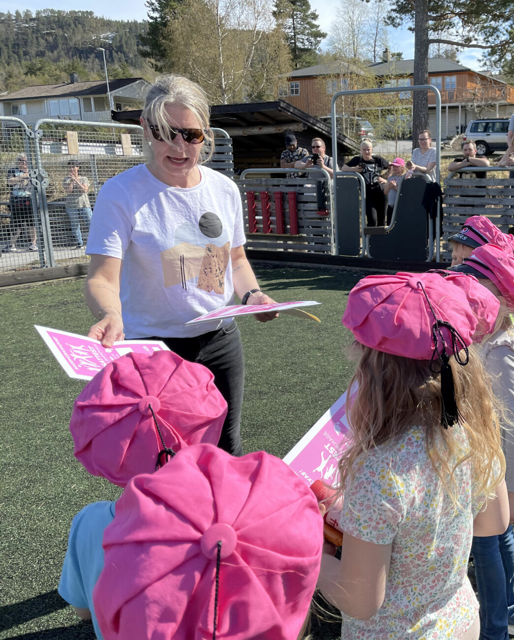 Tove Kristin Holten frå Midtigrenda barnehage delte ut rosaruss-diplomar FAU hadde fått trykt opp.