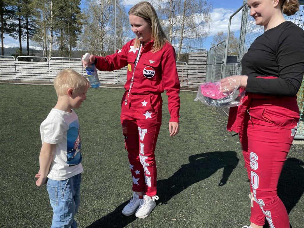 """Jo Kristian blir """"døpt"""", og får det som var ein valfri vass-sprut i håret frå Mathilde Sofie Blokhus Vikan."""