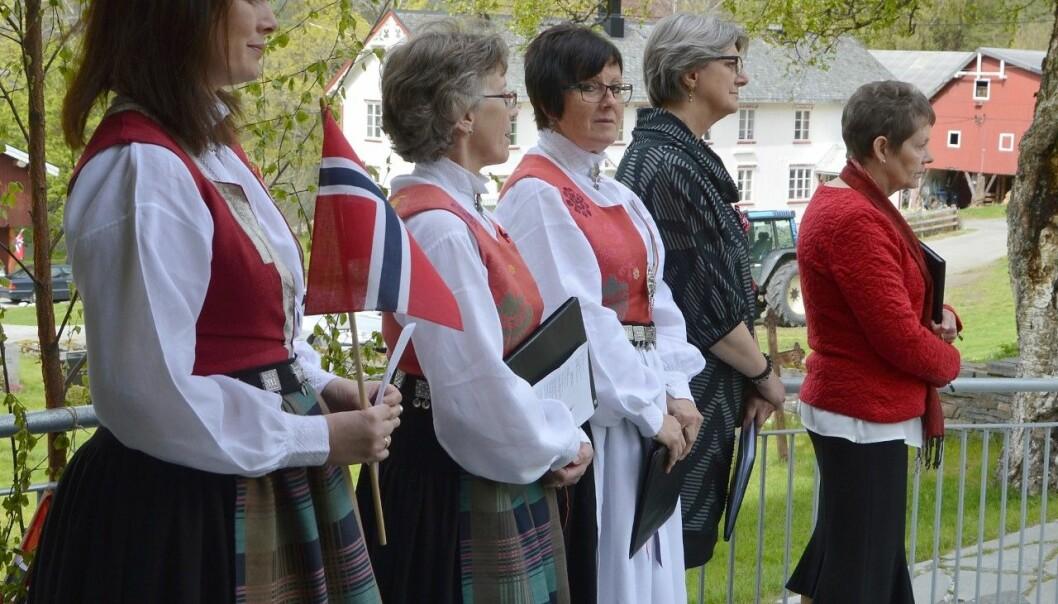Songarar frå koret P17 deltek i samlinga på nasjonaldagen.