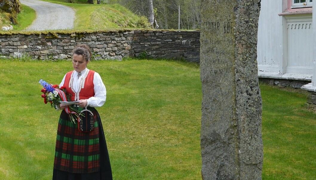 Gunhild Bøklep Bøe er årets talar ved soldatbautaen attmed Åsskard kyrkje. (Foto frå ei tidlegare minnestund ved bautaen)
