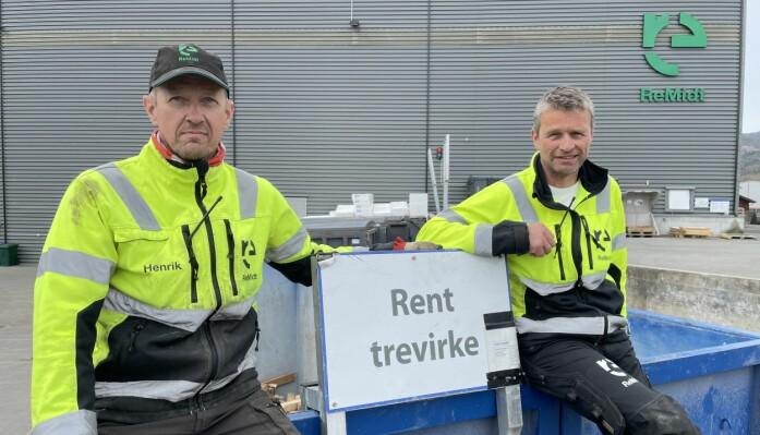 Henrik Evjen (f.v.) og Arne Fiske ved konteinaren med reint trevirke. I 2020 leverte ReMidt-stasjonen i Surnadal om lag 100 tonn av dette materialet, utan avvik.