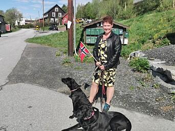 Iren Sæterbø med hundene Aila og Lycke bivånte toget fra sidelinja. Lycke er bare fem måneder og 17.maidebutant, og matmor var fornøyd med oppførselen da skrommeltoget passerte.