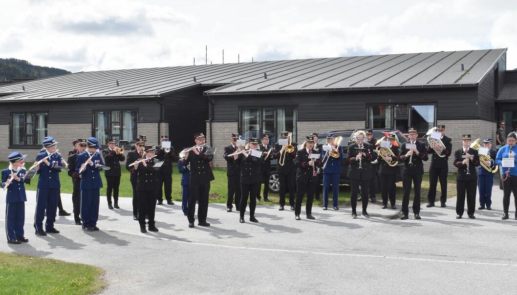 Surnadal Skolekorps og Surnadal Hornmusikk skapte stemning ved Surnadal sjukeheim