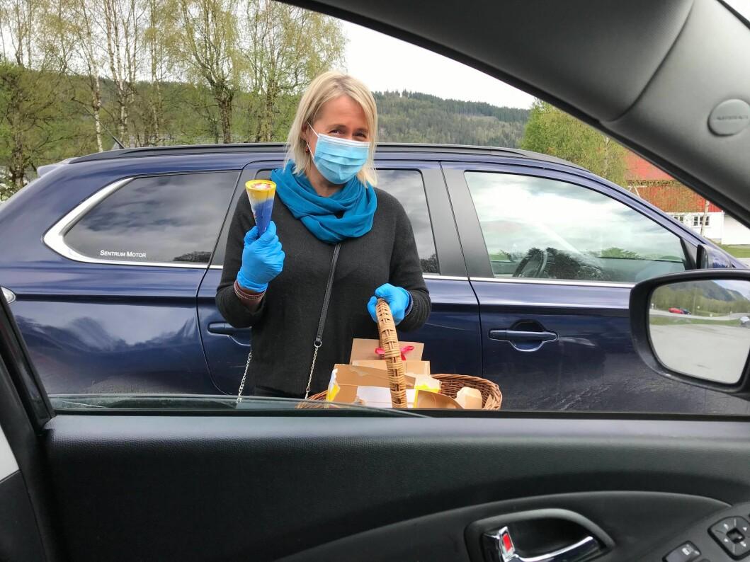 Mo skulekorps, her med Kirsti Gjerstad, selde is.