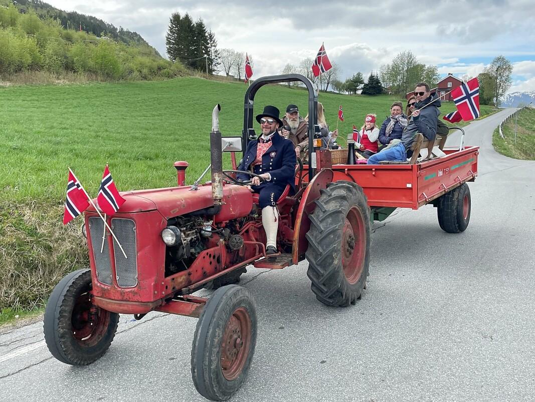 «Utistu-makta» imponerte stort. Traktorførar er John Olav Baatvik.