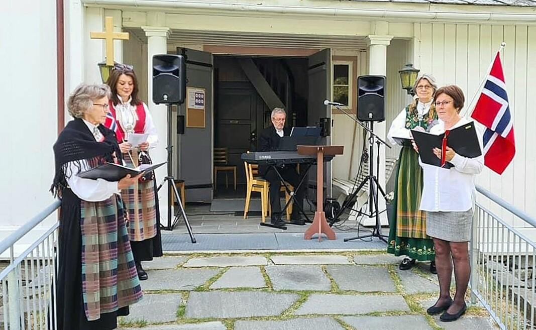 Korgruppa og organist Bernt Bøe leia songen frå kyrkjetrappa.