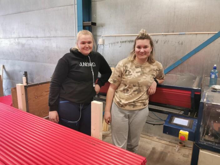 Eirin og Guro har sommerjobb på Trollheim på fjerde året. Her er det vedstikker som produseres.