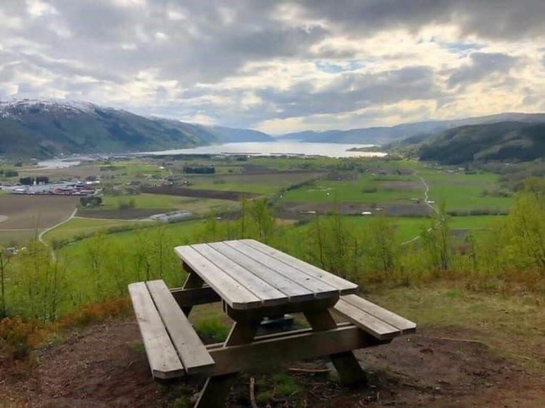 Benken slik den sto på Høgberget. Her kunne turgåere sitte og nyte utsikta over nedre Surnadal.