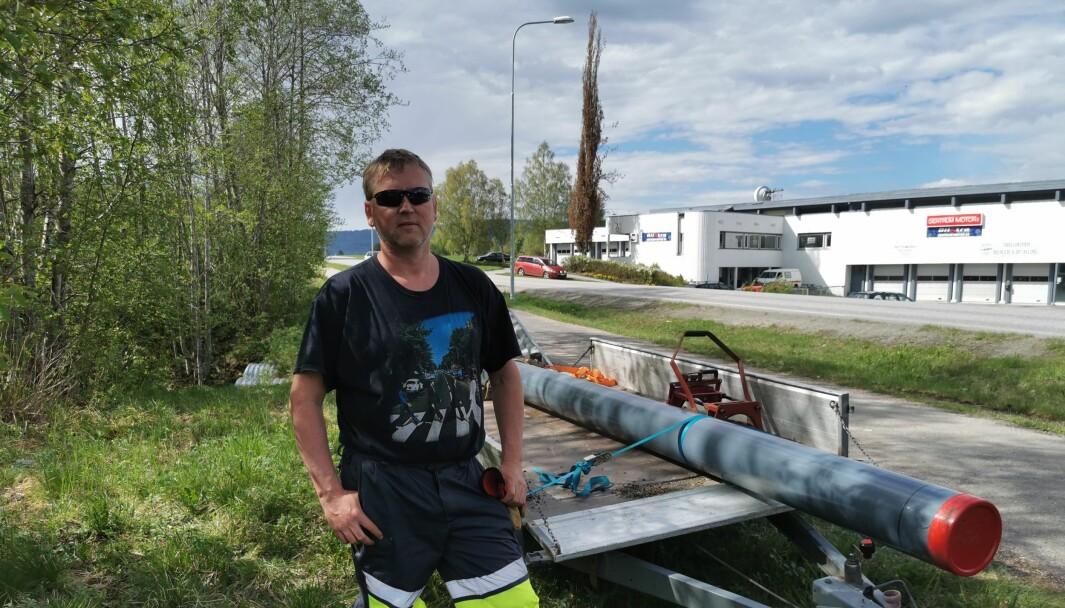 Michal Heimlund er klar med ny rør som skal legges i bruddstedet