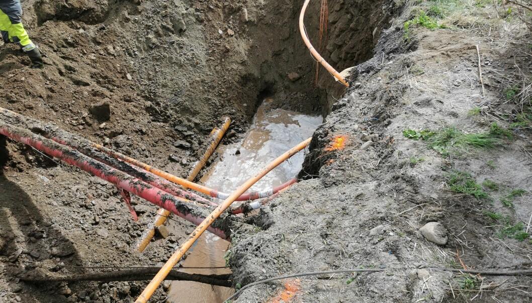 Strøm- og fiberkabler ved vannrøret skaper ekstra utfordring