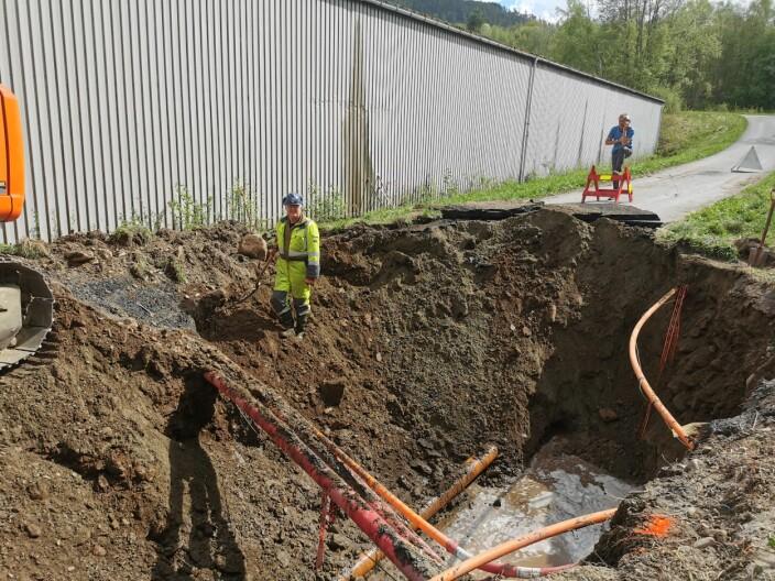 Alf Sande med spaden klar for å finne hvor omfattende sprekken er 2,5 meter nede i hullet