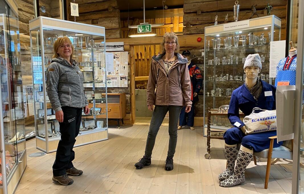 Avdelingsleder Kari Elin Bolme Løfaldli og museumsvert Irene Løfaldli er i full gang med forberedelser til en ny sesong på skimuseet.