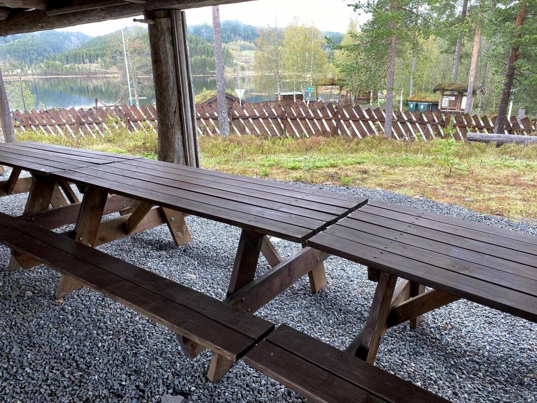 Under låven på skimuseet er det bord og benker som alle kan bruke. Fin utsikt mot Igltjønna.