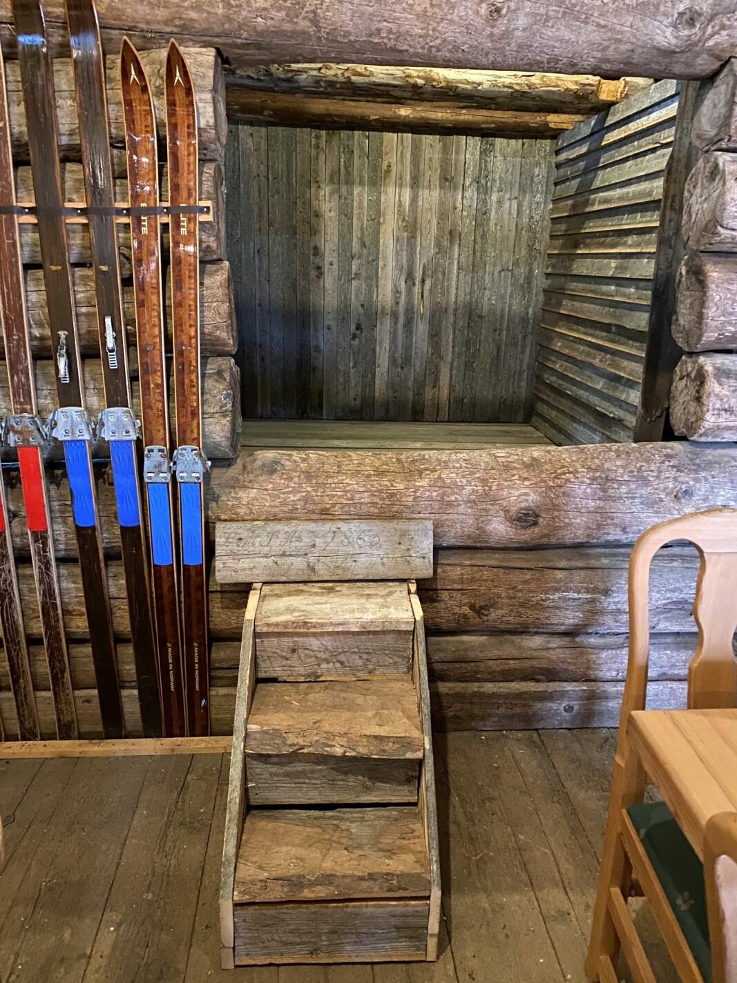 Ingar Børset og Stian Halgunset i Børset Bygg har laget kulisser til en ny utstilling på låven. De har brukt gamle materialer som de har funnet på museet. Dette er det siste ledige rommet på skimuseet, som nå tas i bruk.