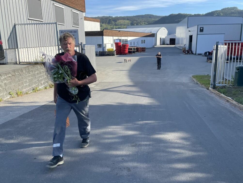 Arild går ut gjennom Pipelife-porten etter skift for siste gong. No ventar taket på gammalhuset og vedarbeid for 67-åringen.