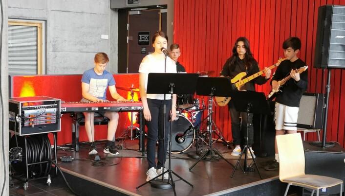 Hedda Moen Gjerstad sang Slå ring akkompagnert av Martin Phil Strand, Ingebrigt Kvendset Bergli, Anne Dahl og Nicolay Bæverfjord