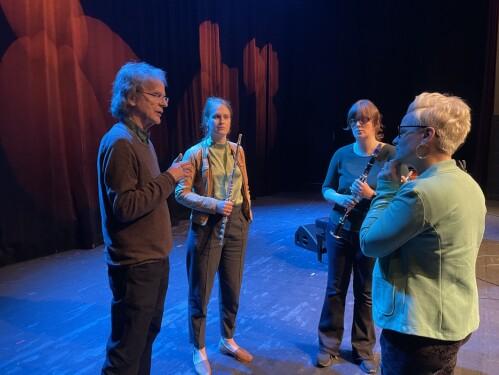 Henning Sommerro i samtale med Taffelpikene etter Henningtimen.