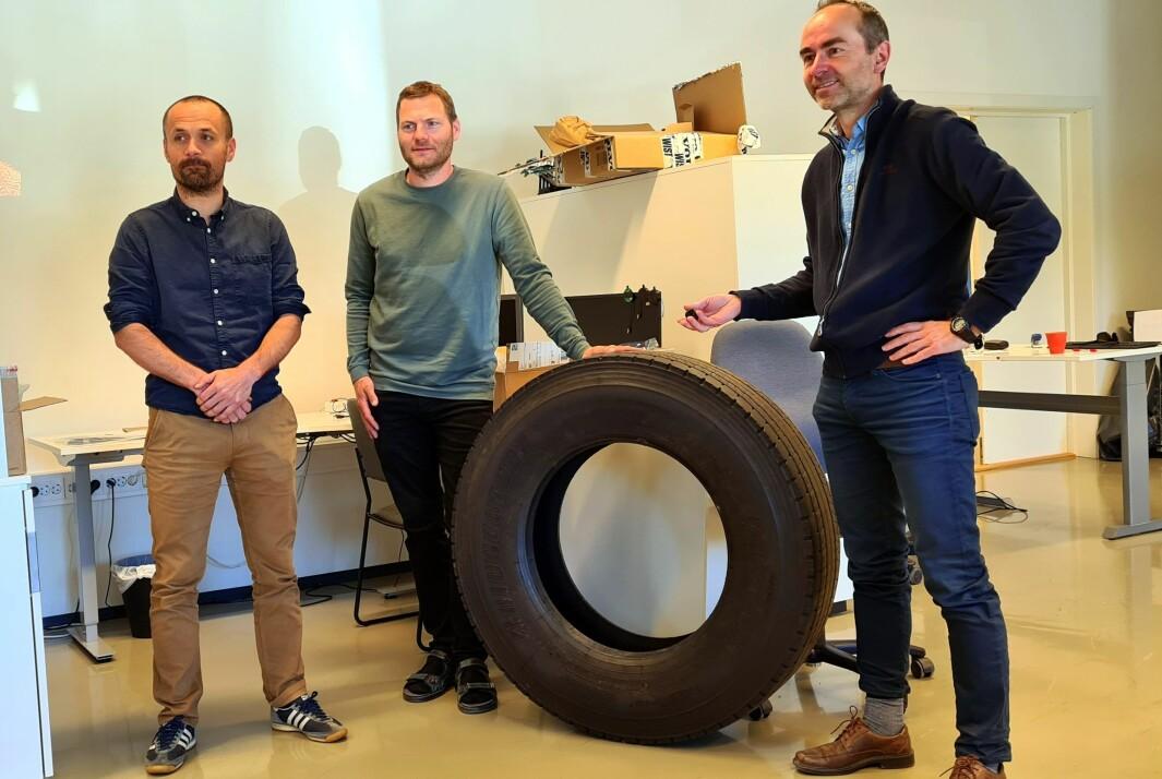 Harald Moen og Tor Øystein Skjermo frå El-Watch har fortalt Øyvind Håbrekke (t.h.) om sensorar for å sjekke dekktrykk i lastebildekk